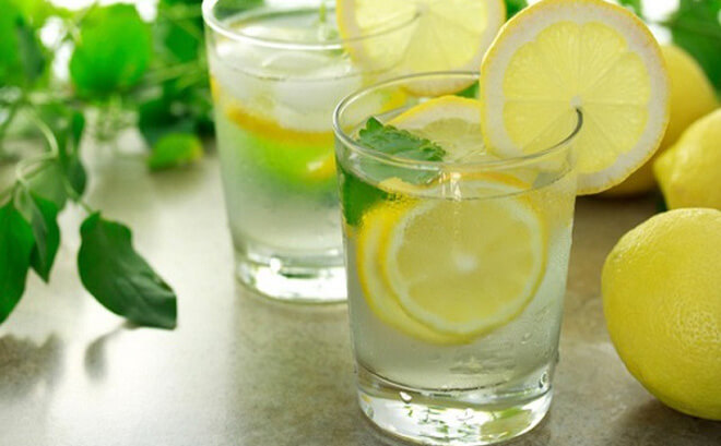 Chanh tươi pha với nước ấm sẽ làm giảm buồn nôn