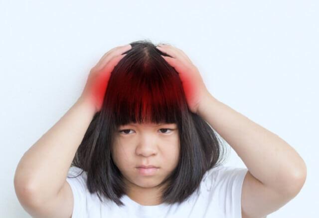 Trẻ cảm thấy đau đầu, buồn nôn hoặc kèm thêm nhiều triệu chứng