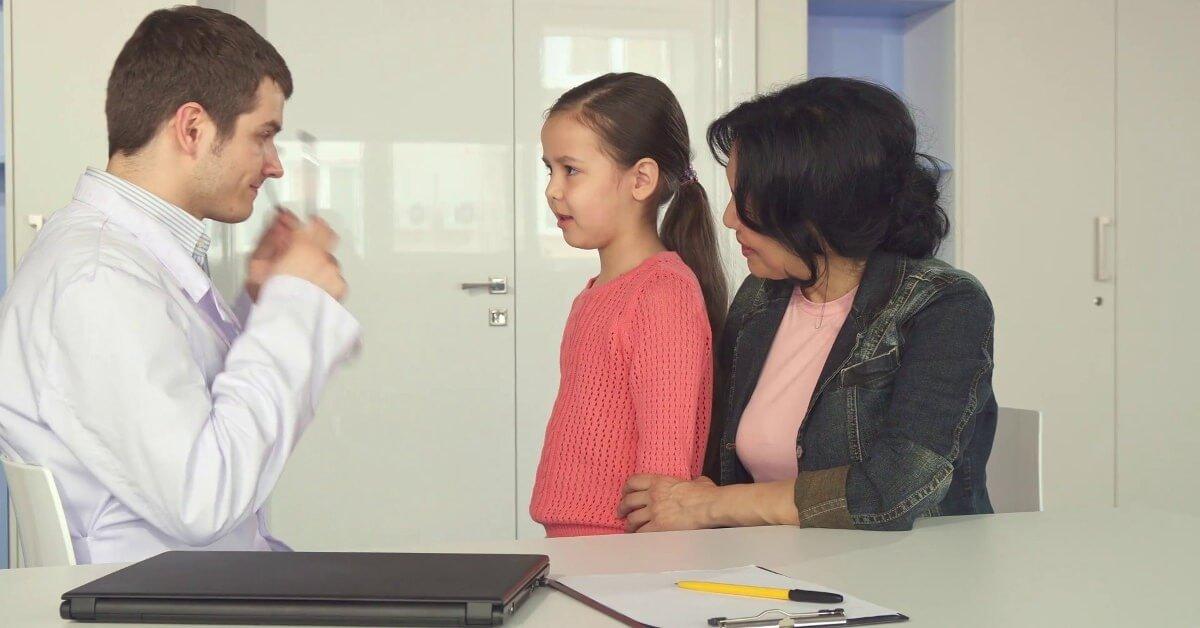 Nên đưa con đến bác sĩ để chẩn đoán sớm các biểu hiện chậm phát triển
