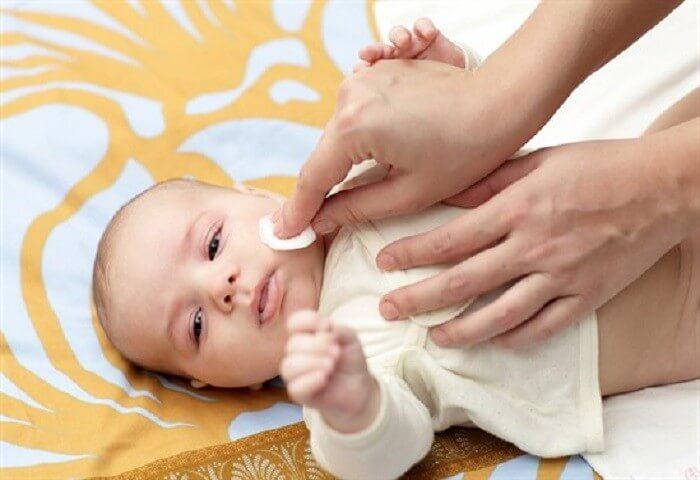 Vệ sinh răng miệng trẻ không đúng cách cũng là nguyên nhân gây bệnh chốc mép