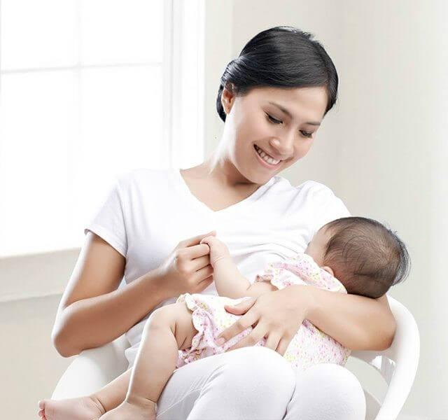 Nên cho trẻ bú mẹ hoàn toàn trong 6 tháng đầu đời để phòng bệnh còi xương
