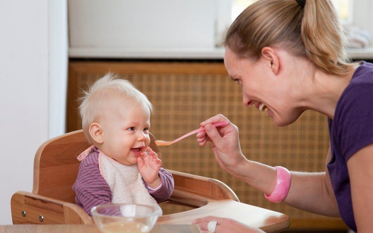 Nên chú ý bổ sung canxi và vitamin D trong chế độ dinh dưỡng hàng ngày của trẻ