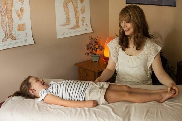 Xoa bóp giúp trẻ giảm cảm giác đau
