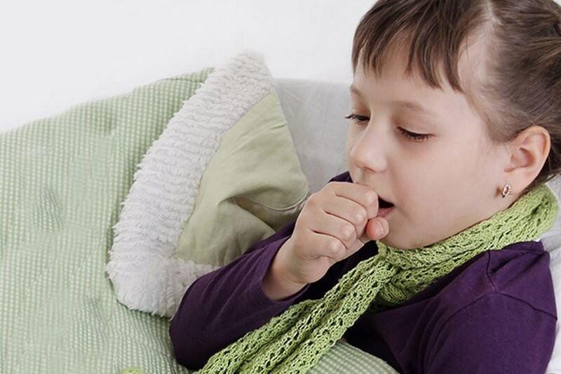 Cảm lạnh cũng là một trong những bệnh lý gây ra triệu chứng đau đầu ở trẻ