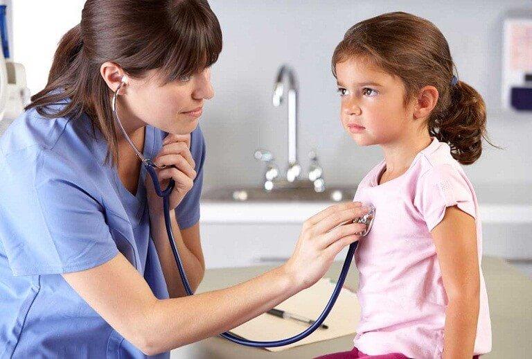 Nên đưa trẻ đến bác sĩ khi phát hiện các biểu hiện đau đầu bất thường