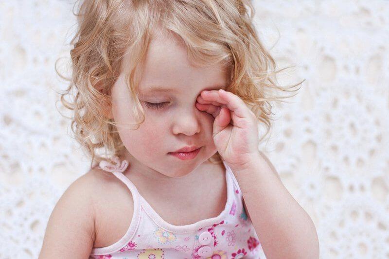 Đau mắt đỏ ở trẻ cần điều trị kịp thời để không gây biến chứng