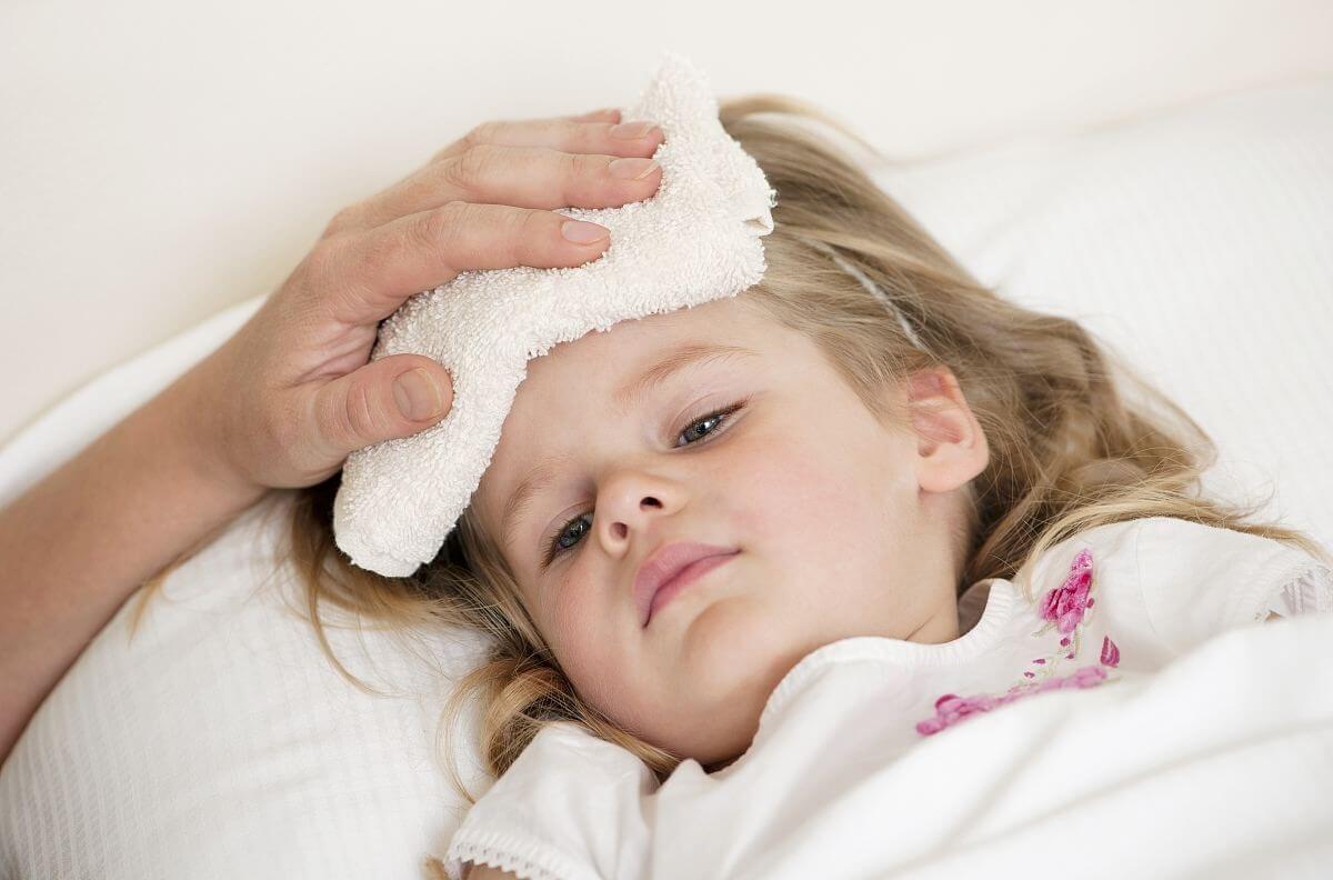 Khi mắc bệnh ho gà trẻ có thể xuất hiện biểu hiện sốt nhẹ hoặc sốt cao