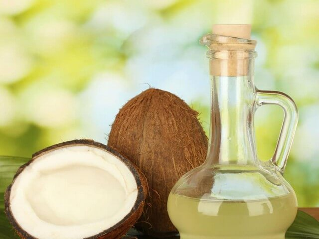 Dầu dừa là thần dược trị khô môi hiệu quả hàng đầu cho trẻ