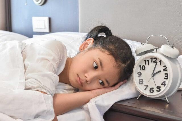 Bệnh khó ngủ ở trẻ có thể do trẻ bị rối loạn giờ giấc chơi và ngủ