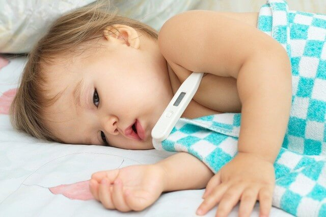 Trẻ mắc bệnh kiết lỵ có triệu chứng sốt nhẹ và cơ thể mệt mỏi