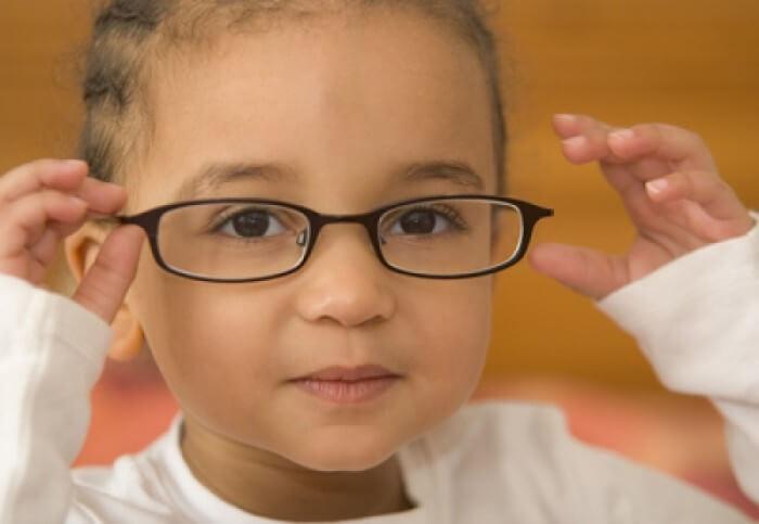 Tình trạng trẻ bị bệnh loạn thị đang là vấn đề được nhiều phụ huynh quan tâm