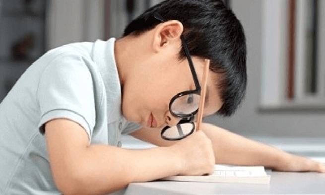 Triệu chứng thường gặp khi trẻ bị loạn thị là nhìn hình ảnh hơi mờ