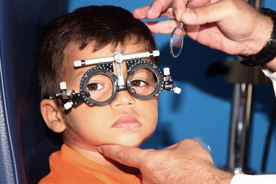 Cách điều trị bệnh loạn thị ở trẻ em là cho bé đeo kính gọng