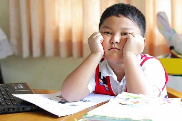 Trẻ mất tập trung thường dễ ảnh hưởng bởi yếu tố xung quanh
