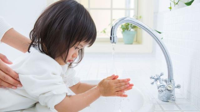 Bé nên học cách vệ sinh tay sạch sẽ hàng ngày