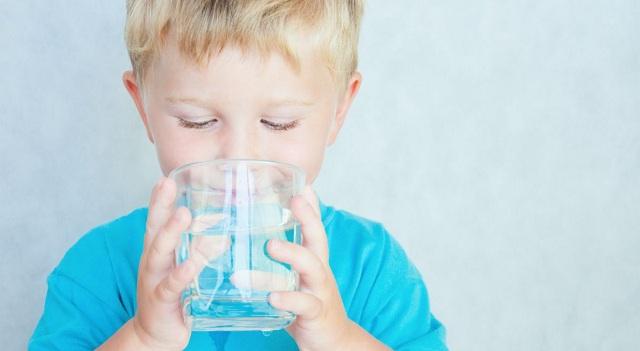 Cung cấp nước đầy đủ cho trẻ