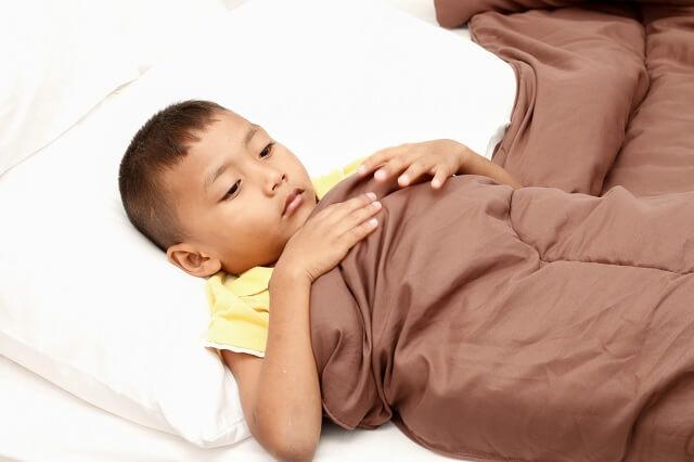 Việc nôn, sốt và tiêu chảy kéo dài khiến trẻ mệt mỏi
