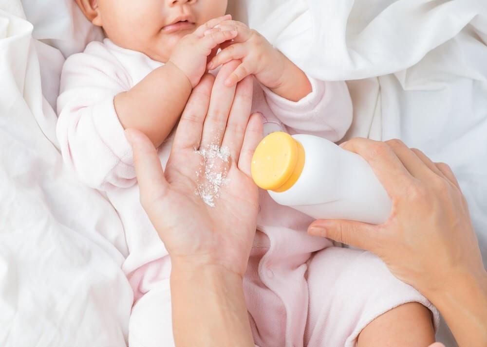 Mẹ có thể dùng phấn rôm trị rôm sảy cho bé