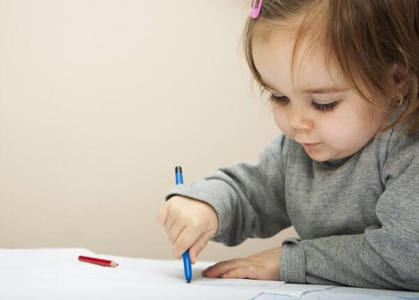 Run chân tay vô căn biểu hiện nhiều khi trẻ cầm viết