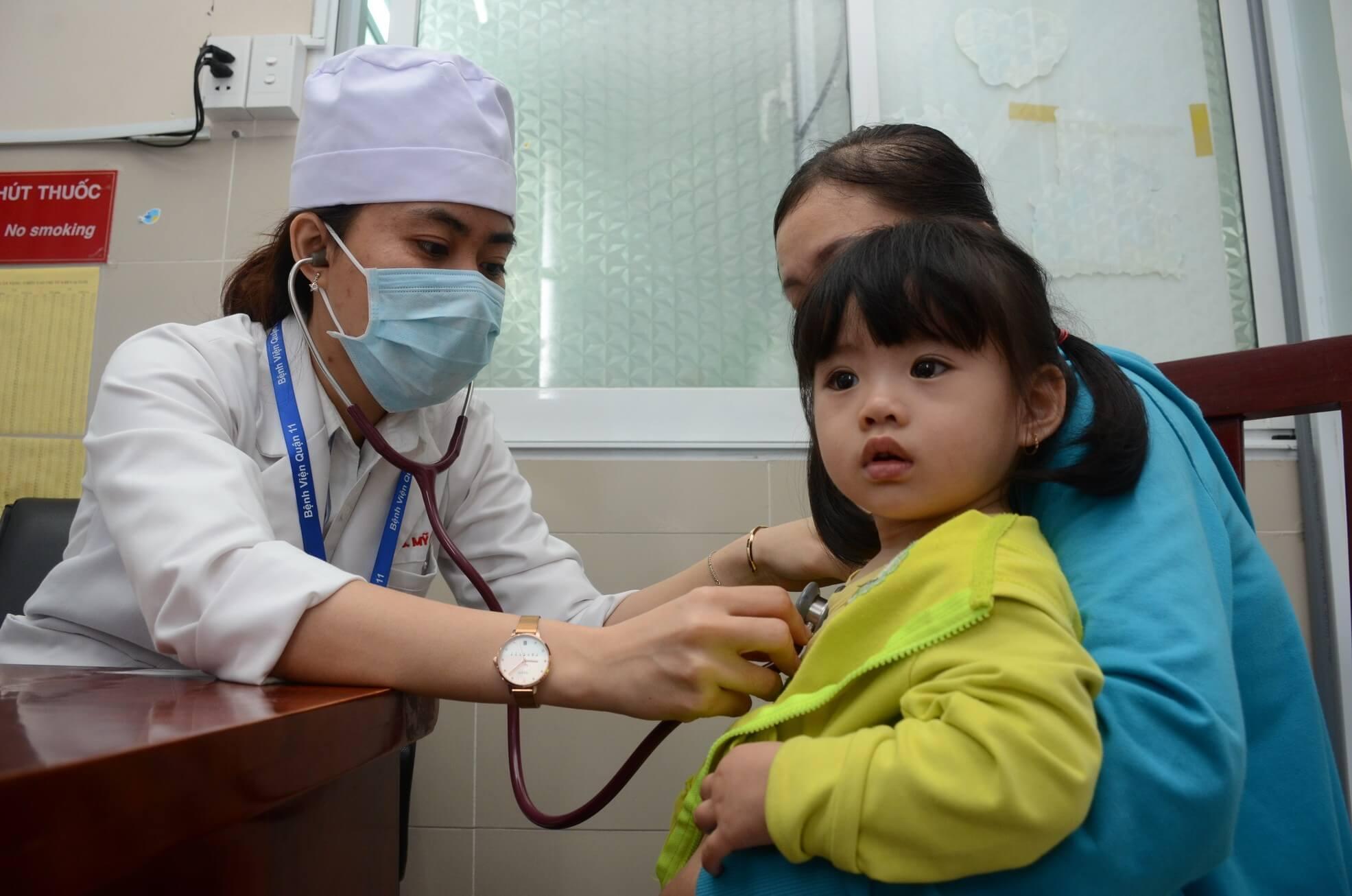 Các biểu hiện run chân tay phải được bác sĩ thăm khám và đề ra hướng điều trị phù hợp