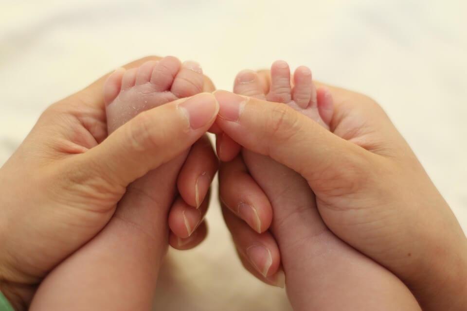 Cha mẹ không nên bỏ qua bất kỳ biểu hiện lạ nào ở trẻ