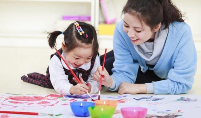 Cha mẹ là người cần sát sao theo dõi hành động của con cái và chia sẻ nhiều hơn
