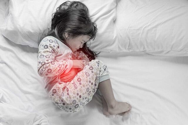 Biểu hiện thận ứ nước có thể là đau bụng kèm nôn mửa
