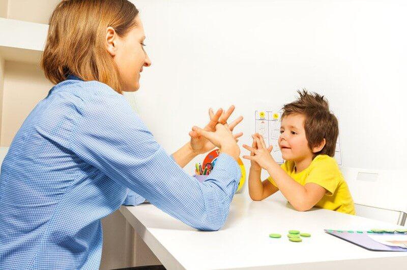 Cha mẹ hãy chia sẻ và lắng nghe con nhiều hơn