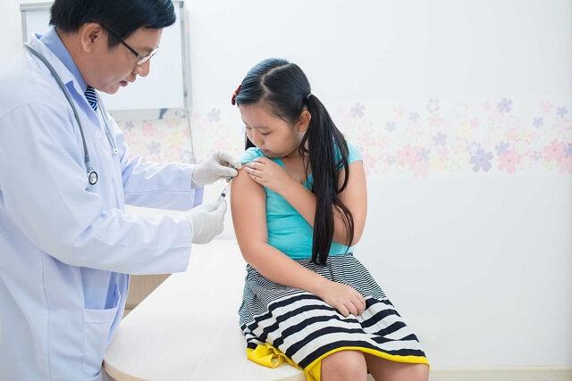Trẻ cần được tiêm chủng đầy đủ để ngừa uốn ván