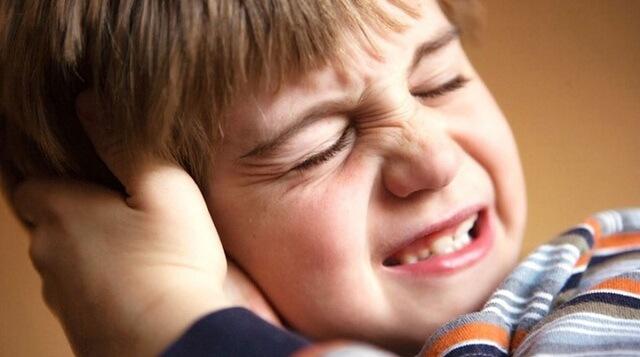 Trẻ khó chịu khi bị viêm tai