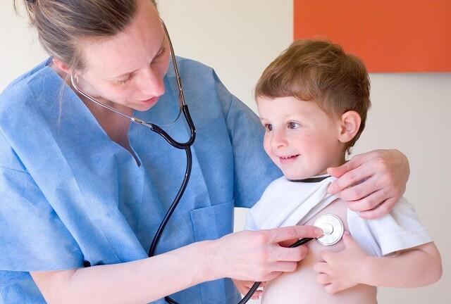 Khi bệnh vào giai đoạn nặng nên cho trẻ thăm khám và điều trị kịp thời