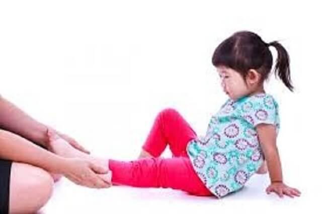 Việc vận động nhiều cũng dẫn đến đau chân ở trẻ