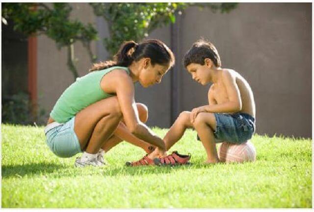 Mang giày quá chật ảnh hưởng đến cơ và xương chân của trẻ