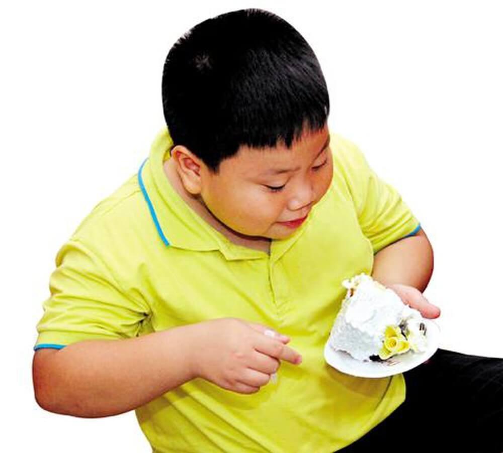 Trẻ thường xuyên ăn bánh ngọt sẽ dẫn đến tình trạng béo phì
