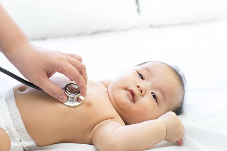 Mọi biểu hiện bất thường của trẻ đều cần đến sự thăm khám của bác sĩ