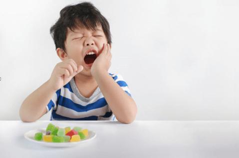 Trẻ bị viêm lợi sẽ thấy sưng đau và ăn uống khó khăn