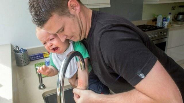 Cha mẹ nên dùng nước sôi để nguội làm dịu vết bỏng thay vì xả nước trực tiếp từ vòi