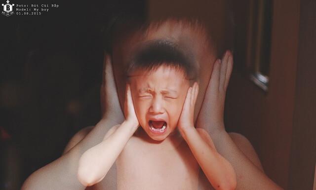 Trẻ la hét nhiều khi vui chơi cũng dẫn tới tình trạng khản tiếng