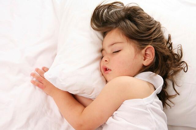 Cho bé nghỉ ngơi nhiều hơn khi bị nghẹt mũi