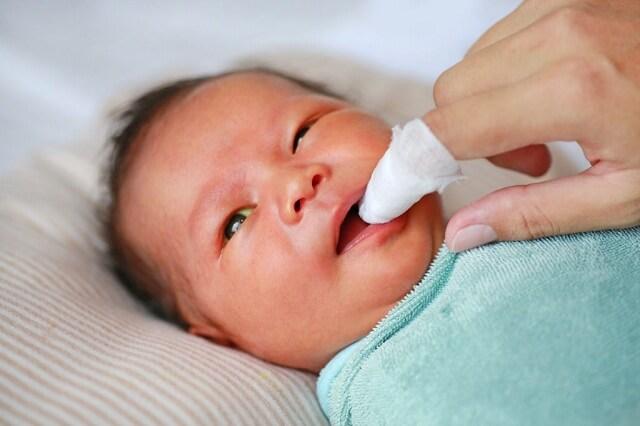 Rơ lưỡi cho bé không nên làm quá mạnh tay vì sẽ khiến lưỡi bé bị tổn thương gây đau đớn hơn