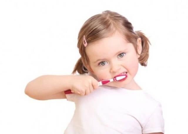 Bố mẹ nên lựa chọn cho bé những loại bàn chải đánh răng phù hợp