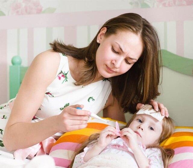 Trẻ bị sốt có thể do nhiều nguyên nhân gây ra