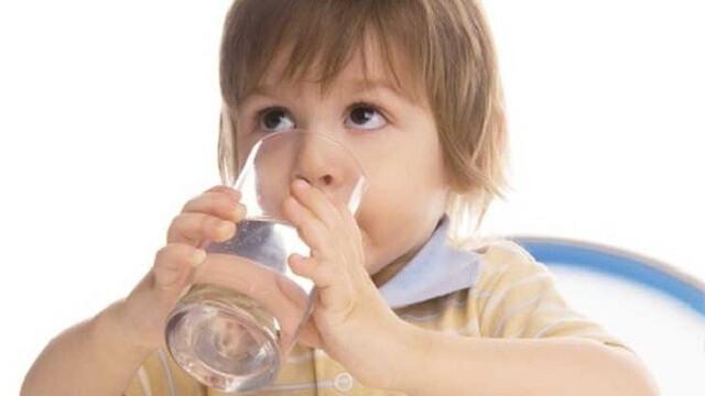 Cho trẻ uống nhiều nước khi bị sốt