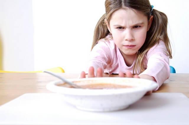 Táo bón ở trẻ em còn kéo theo tình trạng chán ăn và bỏ bữa