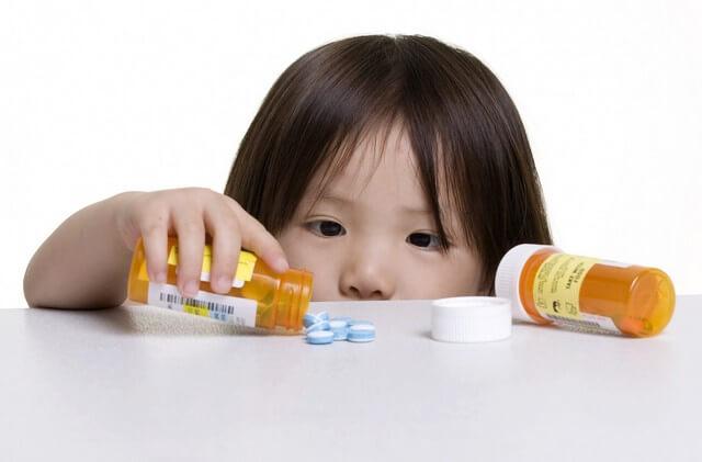 Đưa trẻ đến gặp bác sĩ khi xuất hiện các dấu hiệu bất thường