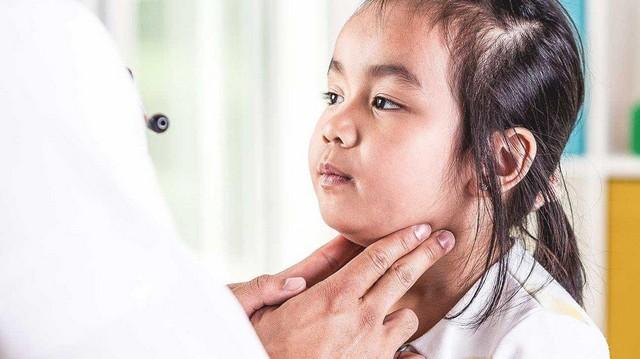 Trẻ sẽ bị sưng tuyến mang tai khi mắc bệnh quai bị