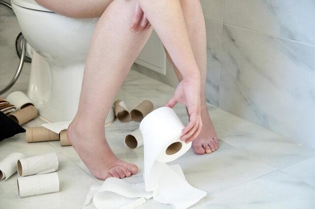 Đau ruột thừa ở trẻ cũng kéo theo triệu chứng táo bón hoặc tiêu chảy kéo dài